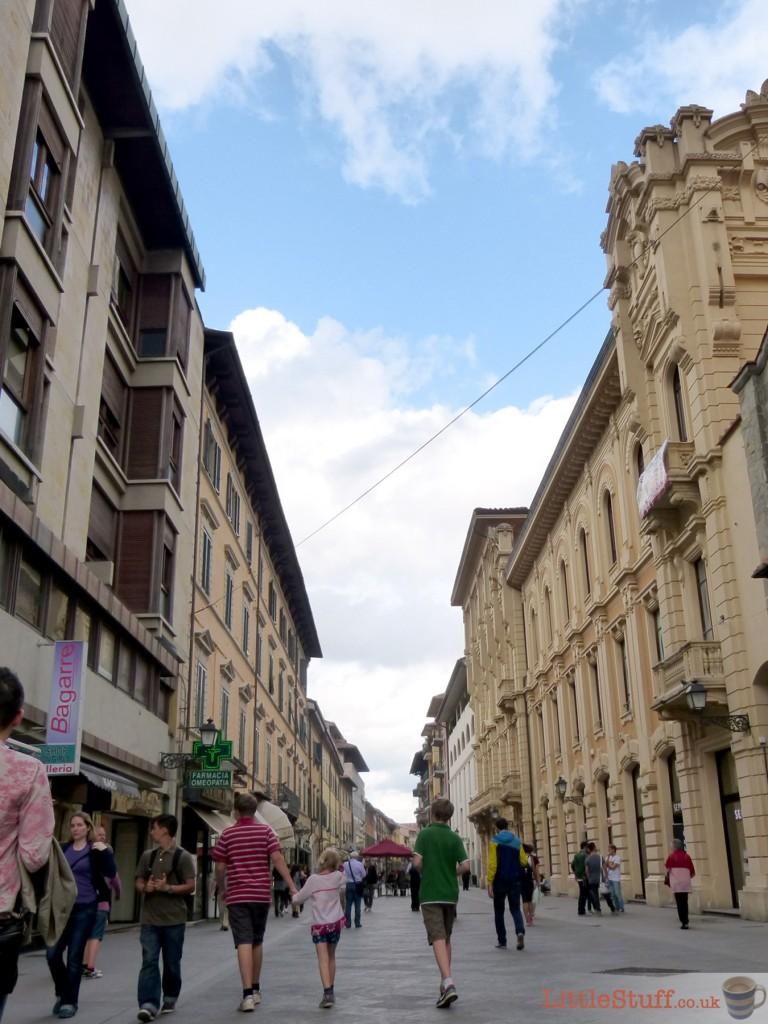 walking-pisa-city